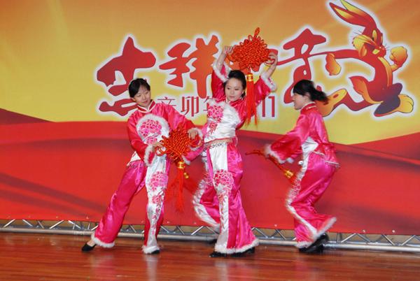 开场舞蹈喜气洋洋-笑意迎春到 共谱新篇章 记人大社2011年新春联欢会